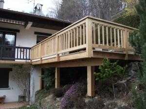 Terrasse en mélèze sur terrain en pente - Eric Ginollin